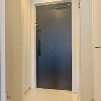 靴の履き脱ぎがしやすい玄関※写真は4階の同間取り別部屋のものです