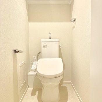 トイレにも収納スペースありますね※写真は4階の同間取り別部屋のものです