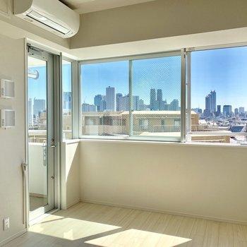 窓の面積が広くて、開放感のあるお部屋です!※写真は4階同間取り別部屋のものです。