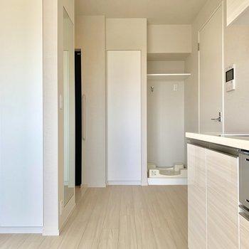 洗濯機置場の横にも収納スペースが◎※写真は4階同間取り別部屋のものです。