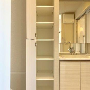 脱衣所にも収納スペースがあるので、タオルなどをストックしておけます※写真は4階同間取り別部屋のものです。