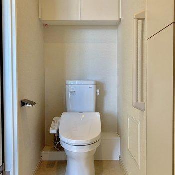 収納スペース付きの温水洗浄便座※写真は4階同間取り別部屋のものです。