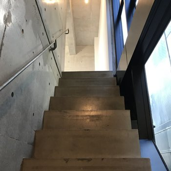 階段をのぼってゆくと、、※写真はクリーニング前のものです。