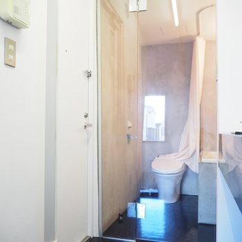 続いて、サニタリーはガラス扉でセクシーに。※写真は2階の反転間取り別部屋のものです。