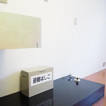 キッチン隣に冷蔵庫と洗濯機を。※写真は2階の反転間取り別部屋のものです。
