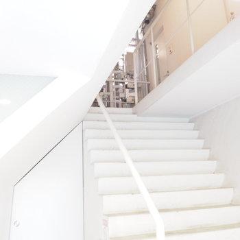 エントランス、お部屋へと向かう階段に惚れ惚れ
