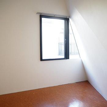 窓が△になっちゃうくらい、鋭いぞ!※写真は2階の反転間取り別部屋のものです。