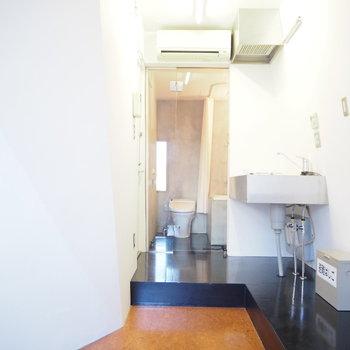 キッチンを見て。※写真は2階の反転間取り別部屋のものです。