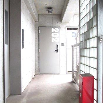 玄関扉にはオシャレに部屋番号が。