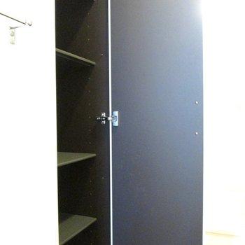 向かいに収納もついているので便利!※写真は2階の同間取り別部屋のものです。