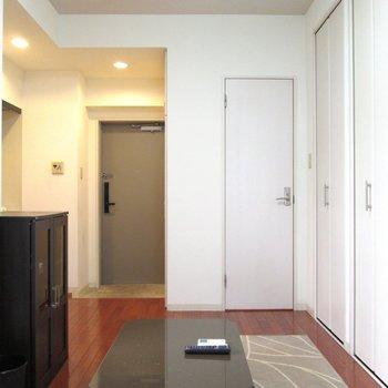 白を基調としたお部屋で明るく綺麗に。※写真は2階の同間取り別部屋のものです。