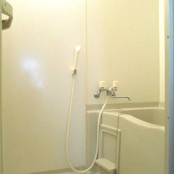 奥に浴室があります。※写真は2階の同間取り別部屋のものです。