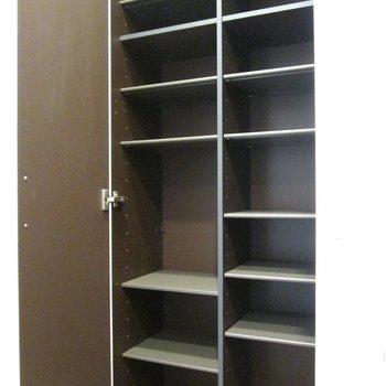 シューズボックスは大きい♪スポーツ道具も入りそう。※写真は2階の同間取り別部屋のものです。