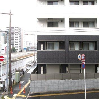 道路沿いなので音が気になるかも。。※写真は2階の同間取り別部屋のものです。