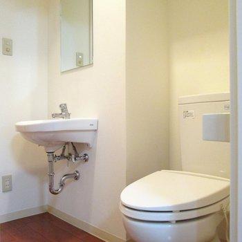脱衣所はまとまっています。※写真は2階の同間取り別部屋のものです。