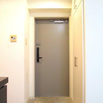 玄関はコンパクトに。※写真は2階の同間取り別部屋のものです。