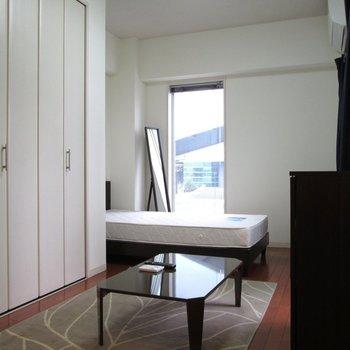 こちらの窓からも光が入りますね〜※写真は2階の同間取り別部屋のものです。