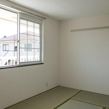 【和室】窓が大きくて明るいです。