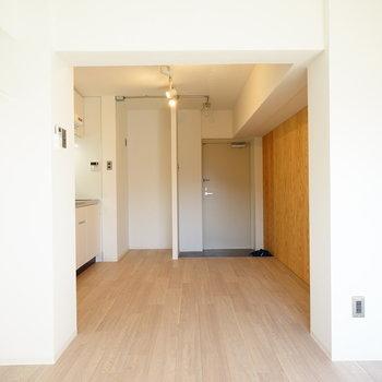 まっ白に無垢が良い相性♪※写真は3階の同間取り別部屋のものです