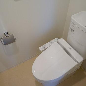 トイレにはウォシュレットつき!※写真は3階の同間取り別部屋のものです