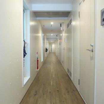 共有部廊下。今回はいちばん奥の角部屋ですよ〜