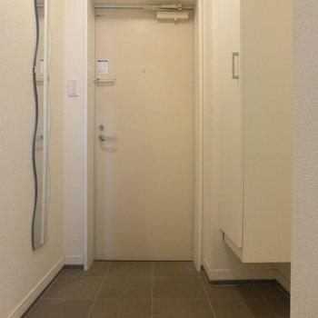 玄関スペースは十分。左手の姿鏡のかたちがおもしろい!