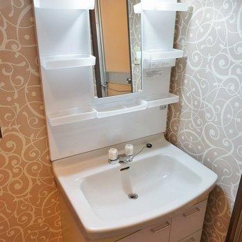 お洒落クロスに囲まれた洗面台※写真は同間取り別部屋のものです
