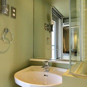 鏡が大きくもシンプルな洗面台※写真は前回募集時のものです