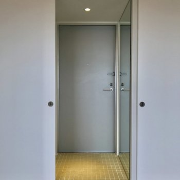 玄関には全身鏡があるので、外出前に身なりチェックを忘れずに※写真は前回募集時のものです