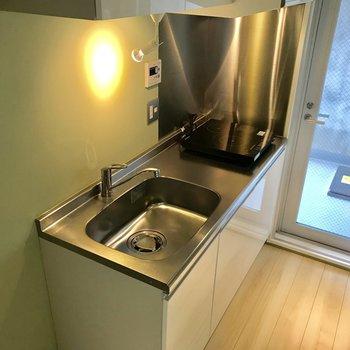 キッチンは足場が広く取られているので、作業しやすいです※写真は前回募集時のものです
