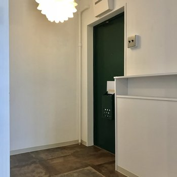 玄関ももちろん可愛いんです ※照明は残留物です