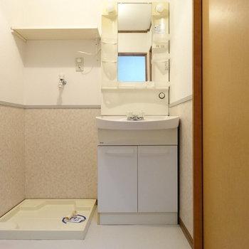脱衣所に洗面台と洗濯機置場が。広々してます♬右手がトイレ!