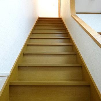 それでは2階に行ってみましょう〜♬しっかりした階段!