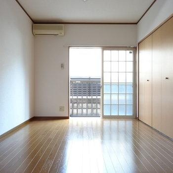 こちらは1階の洋室。やわらかい光がたっぷり差し込みます。