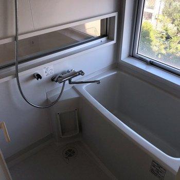 お風呂にはお部屋の中も外も見れる窓!※写真は6階の同間取り別部屋のものです
