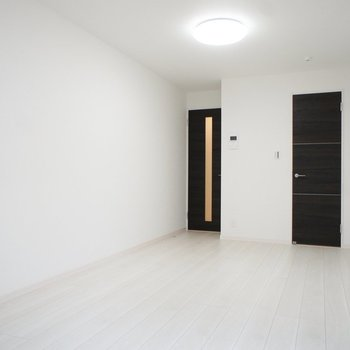 逆から見ても白いわな※写真は1階の同間取り別部屋のものです