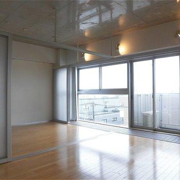 1面窓で気持ちいい!※写真は5階の同間取り別部屋のものです。