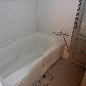 お風呂もゆったりサイズ。※写真は5階の同間取り別部屋のものです。