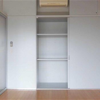 収納は逆側もありますよ。※写真は5階の同間取り別部屋のものです。