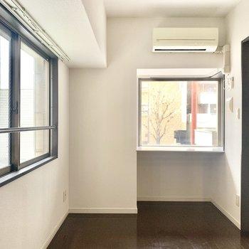 窓辺にはカウンタースペースも。ちょうどいい高さの椅子見つけないと!
