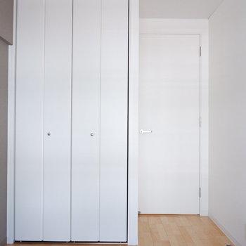 【洋室4.15帖】コンパクトなお部屋ですが収納も。※写真は反転間取り別部屋のものです