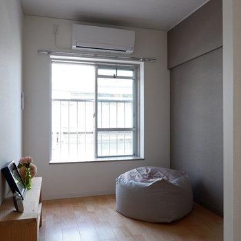 【洋室4.15帖】こちらはちょっとした作業スペースなどに。※写真は反転間取り別部屋のものです