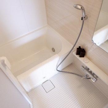 お風呂は一人分にちょうどいいサイズ。※写真は反転間取り別部屋のものです