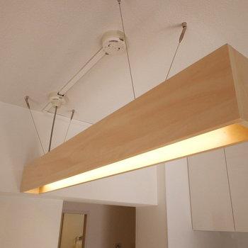 間接照明がカウンターを彩る。※写真は反転間取り別部屋のものです