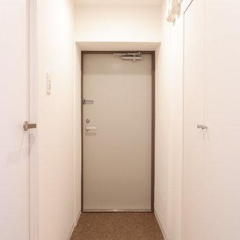 玄関の収納はどうかな?※写真は反転間取り別部屋のものです