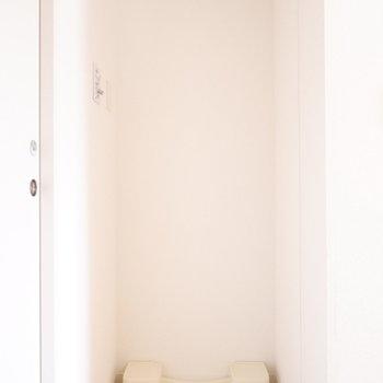 洗濯機と向かい合わせになります。※写真は反転間取り別部屋のものです