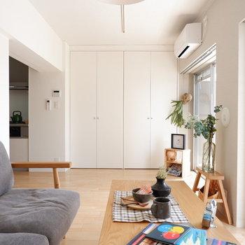 【LDK】振り返ると壁面収納が。※家具はサンプルです