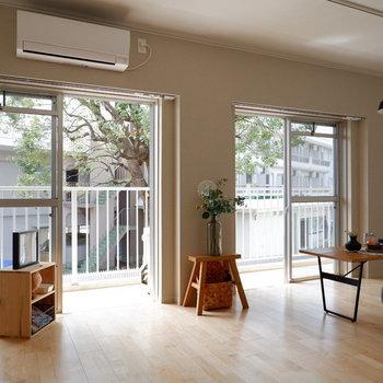 【LDK】掃き出し窓が2つあり開放的。※家具はサンプルです