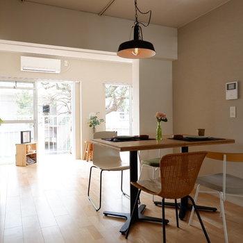 【LDK】4人掛けのダイニングがちょうどですね。※家具はサンプルです