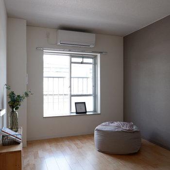 【洋室①】こちらにも窓があり心地よい風が抜けます。※家具はサンプルです